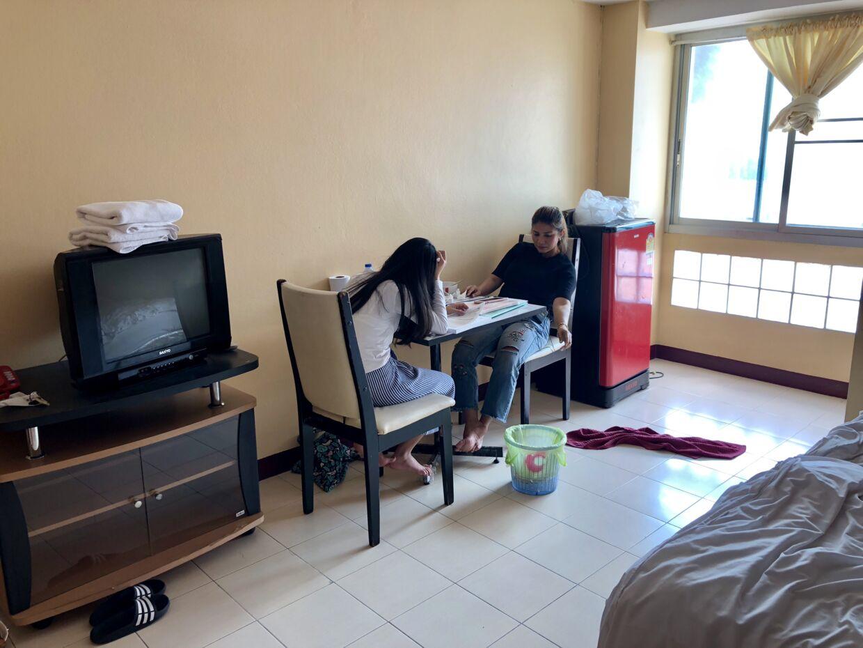 De seneste to uger har de boet på et værelse med en seng, et bord, et skab, et tv og et køleskab i hjørnet.