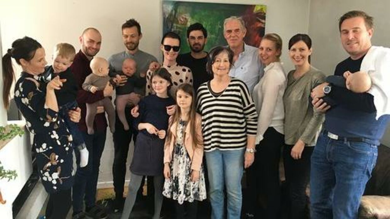 Lea og familien samlet. Lea står i midten med solbriller. Foto: Privat.
