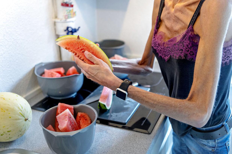 Hun skærer de to meloner ud og lægger dem i fire skåle. Mønsteret gentages dag efter dag og skålene tømmes i en bestemt rækkefølge.