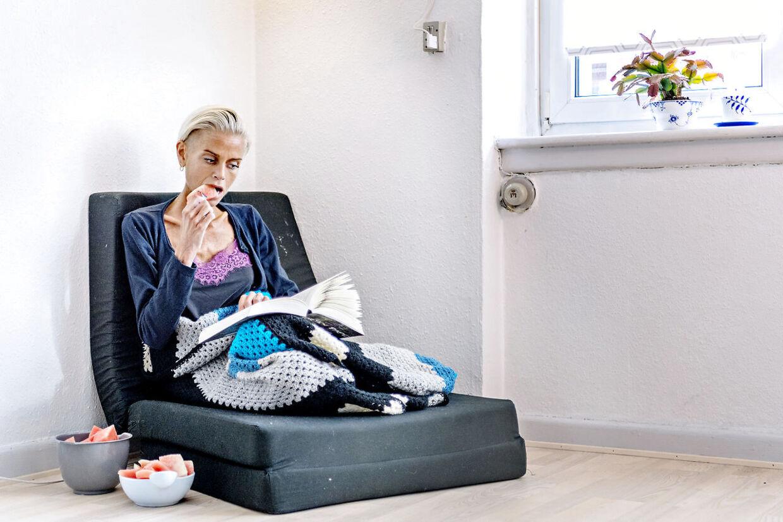 Spisetid i den bløde stol under et tæppe. Signe kryber sammen med en god bog og over de næste to timer tømmes de fire skåle med melonstykker - en efter en.
