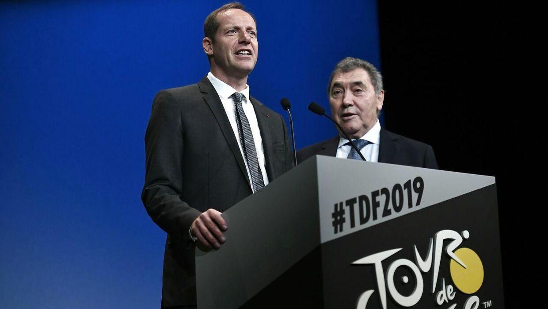 Løbsdirektør Christian Prudhomme præsenterede torsdag næste års rute i Paris. Her ses han med legenden Eddy Merckx.