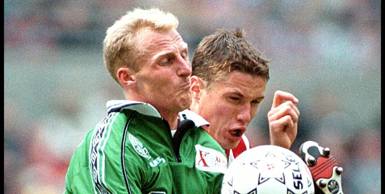 Jan Larsen vandt som Viborg FF-spiller pokalfinalen over AaB. Her ses han til venstre i duel med nordjydernes angriber Andres Oper.