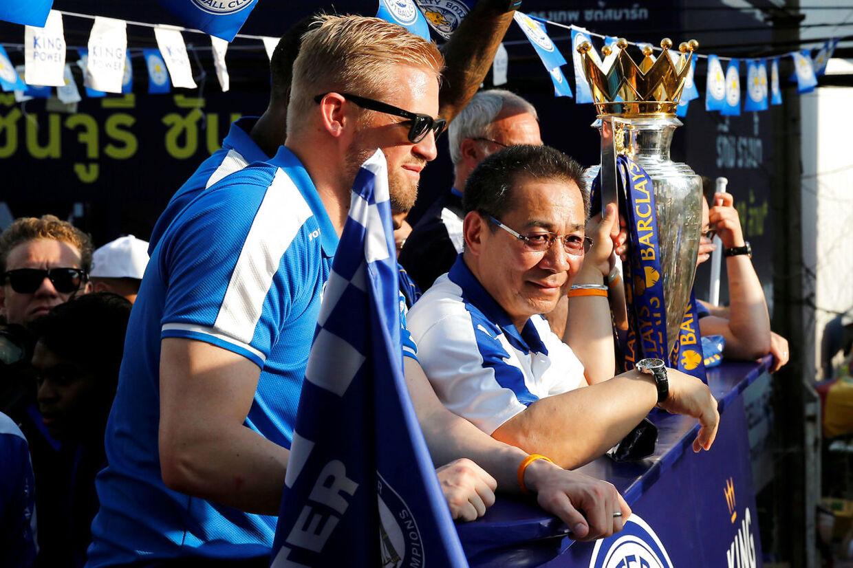 Kasper Schmeichel og Vichai Srivaddhanaprabha fejrer Leicesters sensationsmesterskab i 2016.