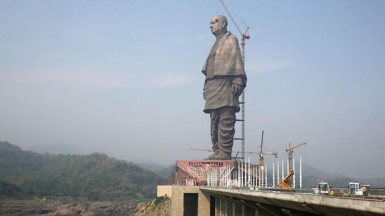 Statuen er 182 meter høj og er blevet døbt 'Statue of Unity'.