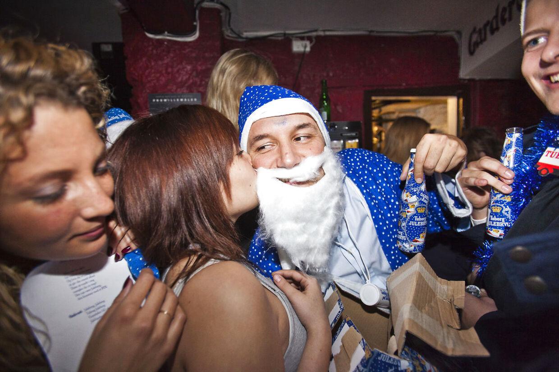 Hvert år kommer de mange procenter i Julebryggen bag på mange, som dermed bliver mere fulde end forventet. Men det behøver ikke altid være en dårlig ting. (Arkivfoto: Scanpix)