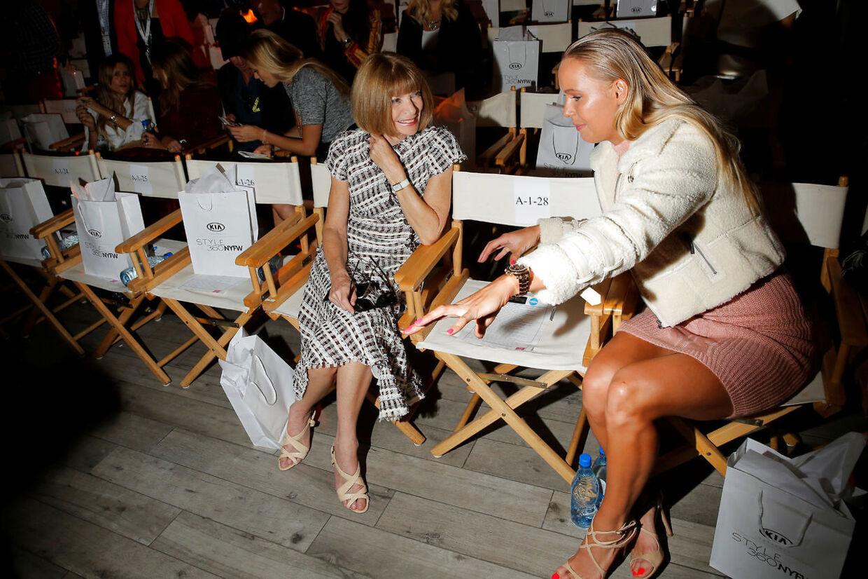 Caroline Wozniacki og chefredaktør Anna Wintour under modeugen i New York i 2016.