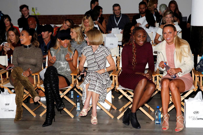 Venus Williams og Caroline Wozniacki sammen til Serena Williams' præsentation af en tøjlinje under modeugen i New York i 2016.