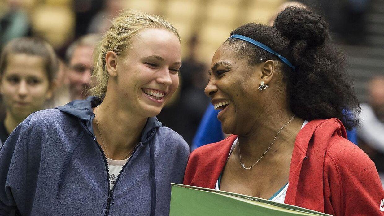 Caroline Wozniacki og Serena Williams efter en kamp i Herning i 2015.