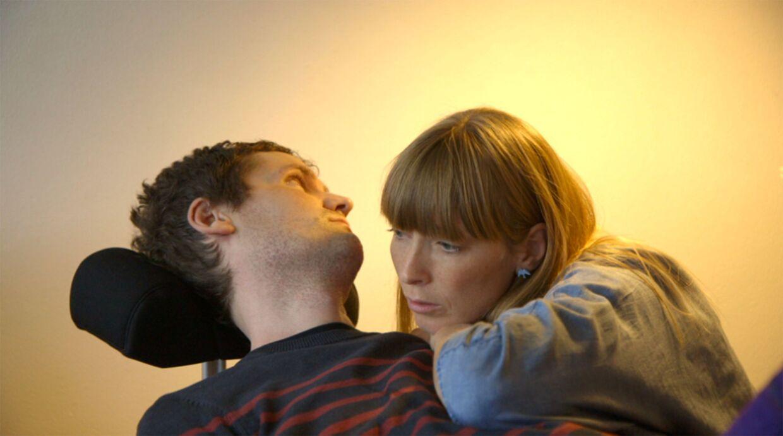 Lasse mistede evner for hver dag, der gik. Her ses han undervejs i sit sygdomsforløb sammen med hustruen, Ina. Foto: DR Presse.