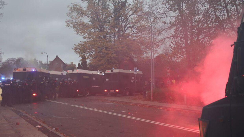 Uro efter fodboldkampen Brøndby-FCK på Brøndby Stadion En fangruppering har kastet sten mod politiet og anvendt tåregas søndag den 4. november 2018. (Foto: Mathias Øgendal/Ritzau Scanpix)