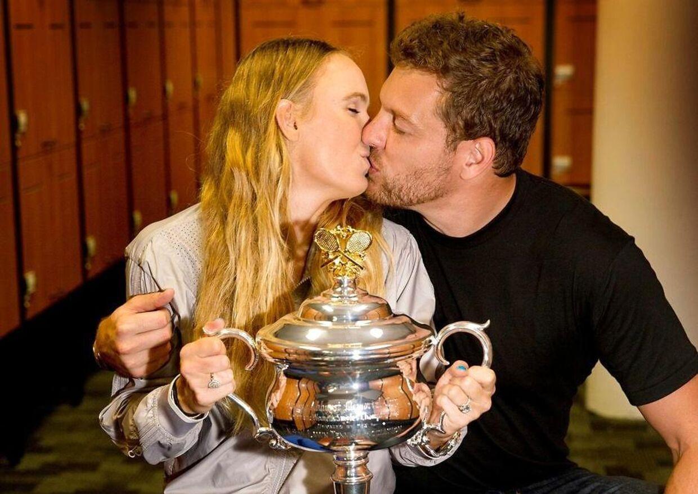 Caroline Wozniacki blev efter sin finalesejr ved Australian Open lykønsket med et kys af kæresten, David Lee.