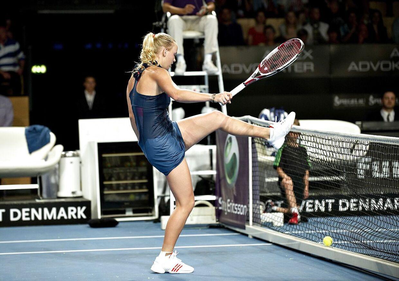 Caroline Wozniacki sparker til nettet efter en tabt duel mod Angelique Kerber ved Danish Open i 2011.