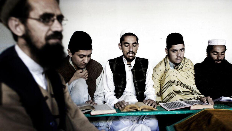 Inger Støjberg vil gerne undgå, at næsten voksne børn, der er blevet undervist det meste af deres liv på koranskoler, kommer til Danmark, når de er næsten voksne. NNye tal viser dog, at der kommer meget få, hvis overhovedet nogle. Billedet er fra en skole i Peshawar i Pakistan.