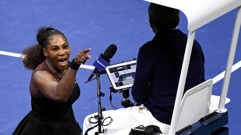 Serena Williams diskuterer med dommeren.
