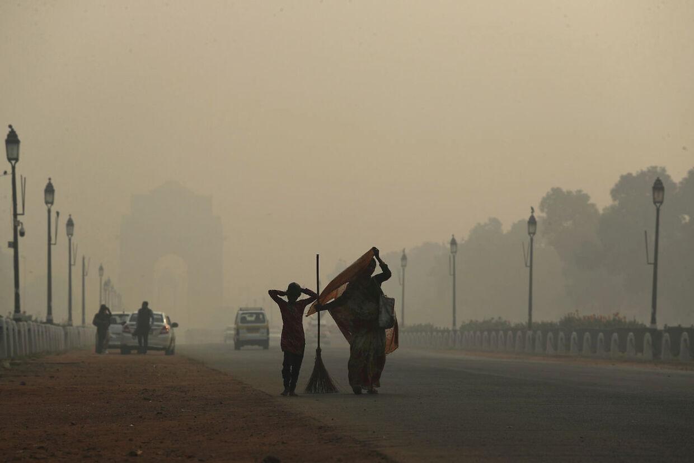 Smogen ligger tungt over New Delhi og byens mange millioner indbyggere. (AP Photo/Manish Swarup)