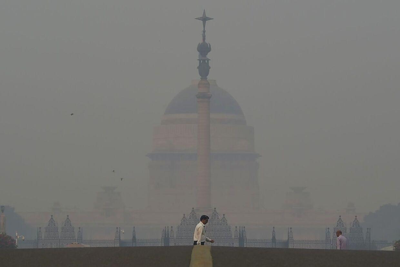 Præsidentpaladset badet i smog efter borgernes fejring af den hinduistiske festival Divali (Photo by Money SHARMA / AFP)