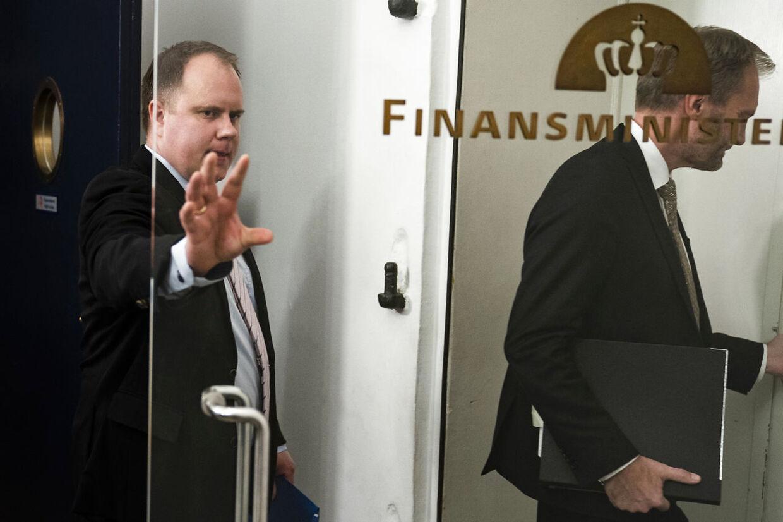»Dobbeltspil,« lyder anklagen fra Martin Henriksen (DF), her på vej ind i Finansministeriet.
