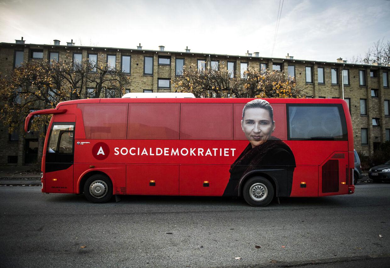Arkiv: Socialdemokratiets kampagnebus er præget af Mette Frederiksens koryfæ (Foto: Jonas Olufson/Ritzau Scanpix)