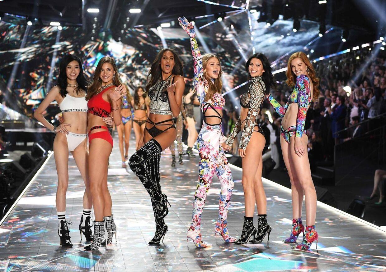 Kinesiske Ming Xi, amerikanske Grace Elizabeth, franske Cindy Bruna, amerikanske Gigi Hadid, amerikanske model Kendall Jenner aog britiske model Alexina Graham på catwalken (Photo by TIMOTHY A. CLARY / AFP)