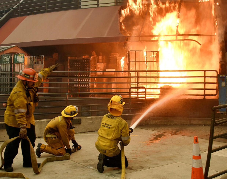 Brandfolk kæmper mod flammerne i Malibu, Californien, 10. november 2018.