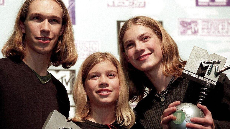 """Fra venstre til højre ses Isaac, Zack and Taylor Hanson, der stolte præsenterer deres MTV """"European Music Awards"""" efter ceremonien i Rotterdam, 1997, hvor de vandt for 'Bedste Sang' og 'Bedste Gennembrud'. 1997."""