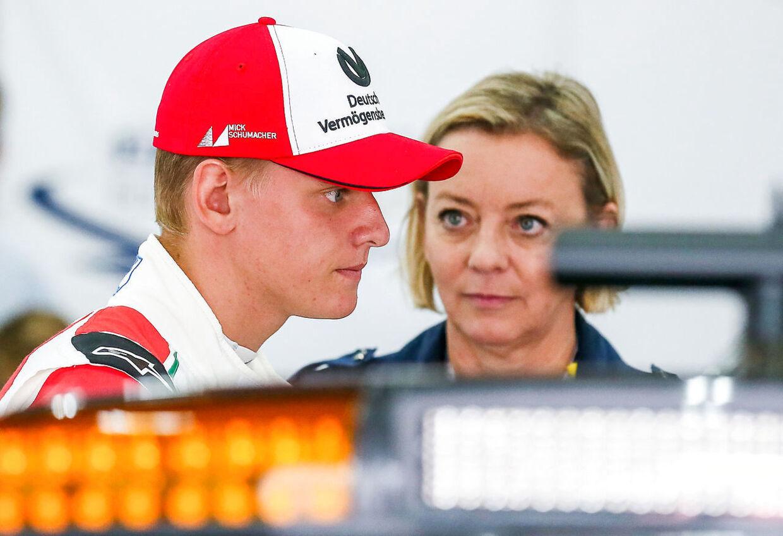 Mick Schumacher bliver fulgt tæt Michael Schumachers manager Sabine Kehm. (Stephanie Lecocq/Pool)