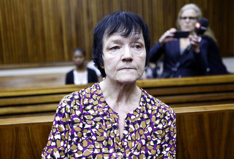 Anna Britta Troelsgaard Nielsen, som er sigtet for svindel for 111 millioner kroner fra Socialstyrelsen. Her fotograferet under retsmødet i Sydafrika, hvor hun fik lov til at rejse hjem til varetægtsfængsling i Danmark.