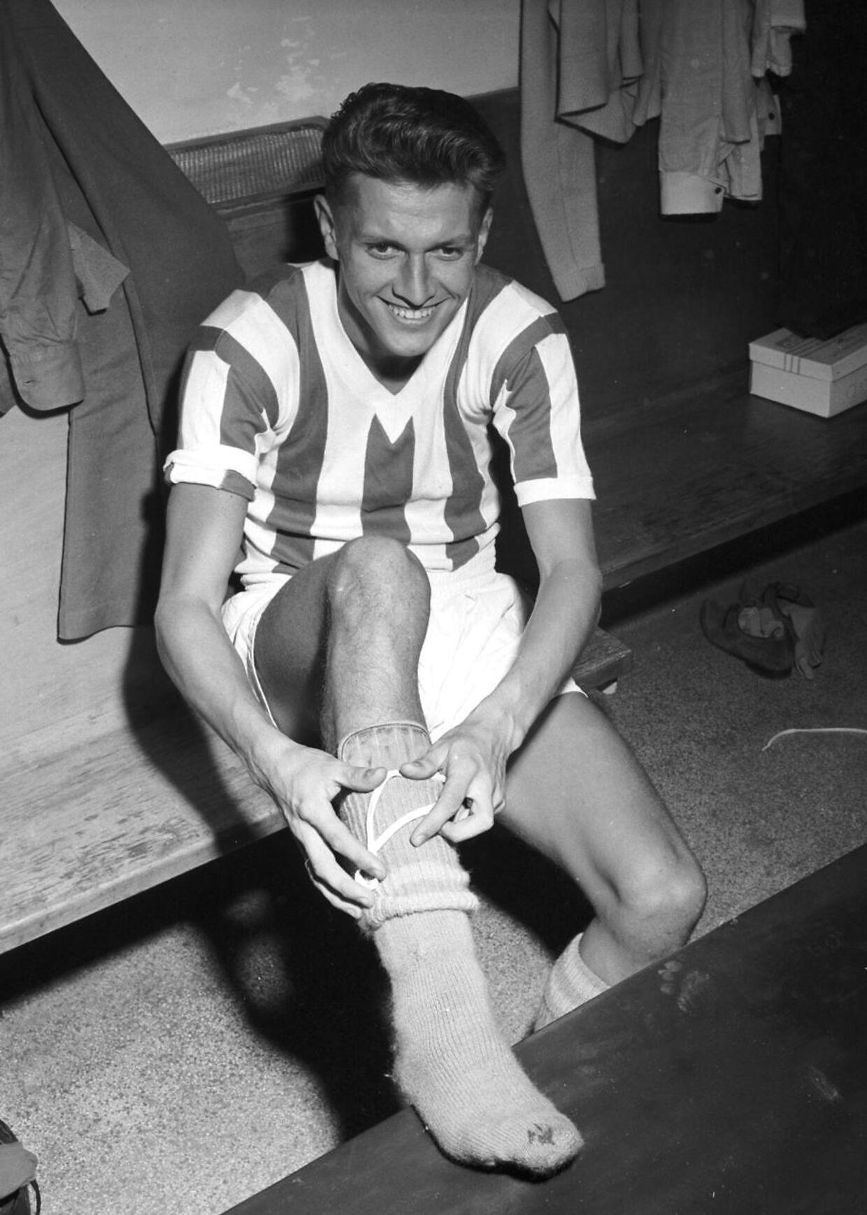 (ARKIV) Flemming Nielsen, fodbold, AB., den 9. august 1958. Flemming Nielsen, der var med til at vinde OL-sølv i 1960, er død efter kort tids sygdom, oplyser hans søn. Det skriver Ritzau, fredag den 16. november 2018.. (Foto: Olaf Ibsen/Ritzau Scanpix)