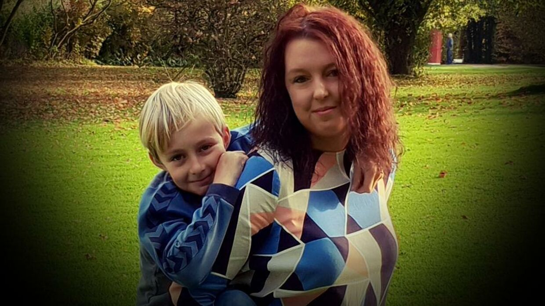 Louise Lili Riise og hendes mellemste søn på ni år. De har begge haft god gavn af 'Hejdoktor.dk'. Blandt andet bruger Louise ofte den private læge, når hun skal forny recepter - så kan hun gøre det på tidspunkter, som er mere hensigtsmæssige. Foto: Privat.