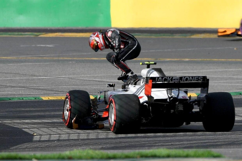 Kevin Magnussen hopper ud af sin bil i Australien, efter den er stoppet med at fungere.