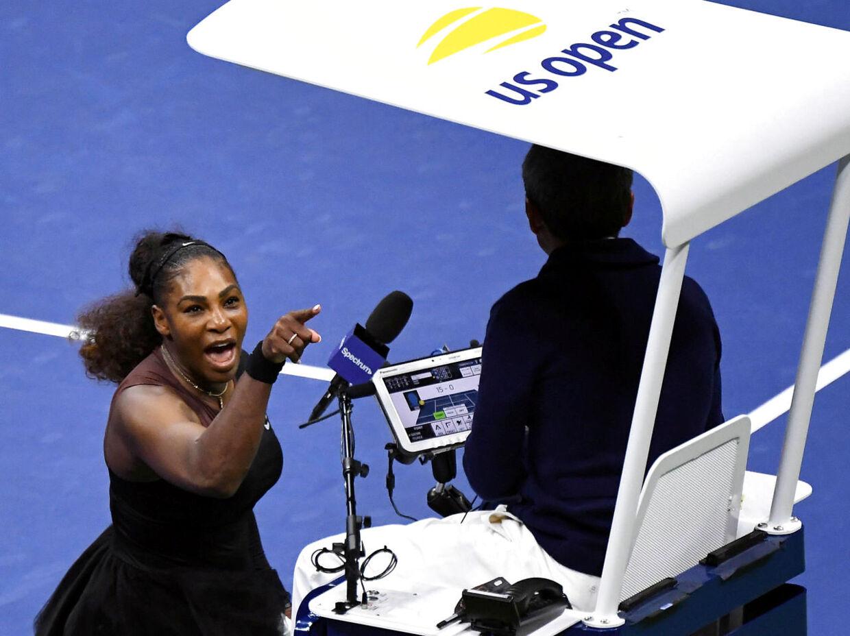 Et af tennissæsonens største dramaer udspillede sig 8. september ved US Open i New York. Her var Serena Williams i sin tabte finale mod Naomi Osaka så vred på dommer Carlos Ramos, at hun uddelte verbale øretæver til ham.