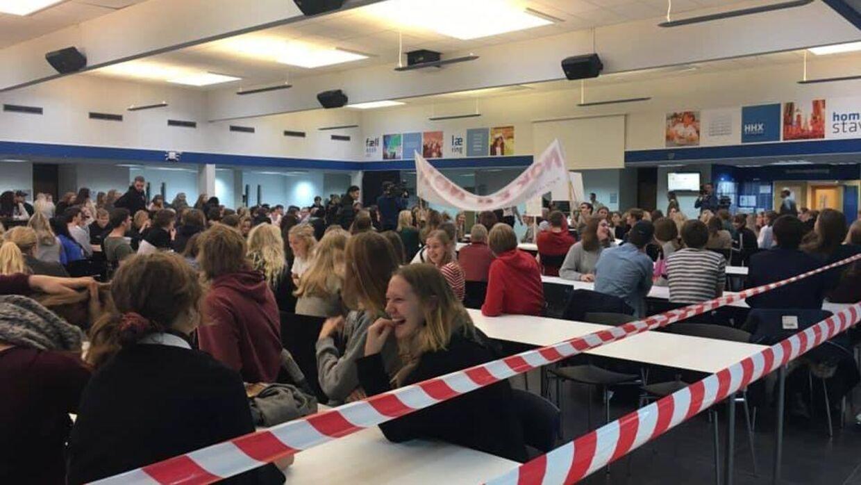 På Holstebro Handelsgymnasium har eleverne valgt at vikle kantinen ind i advarselsbånd, så elever og lærerer kan se, at der er strejke.