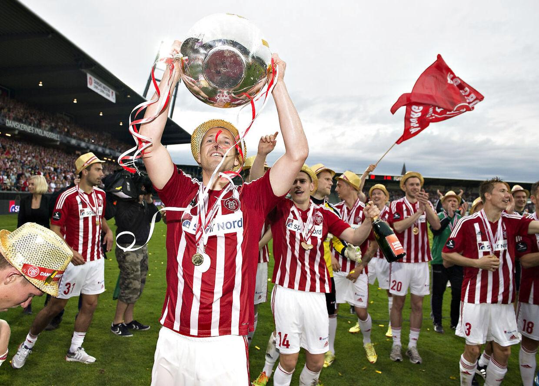 Kenneth Emil Petersen fejrer det danske mesterskab med AaB.