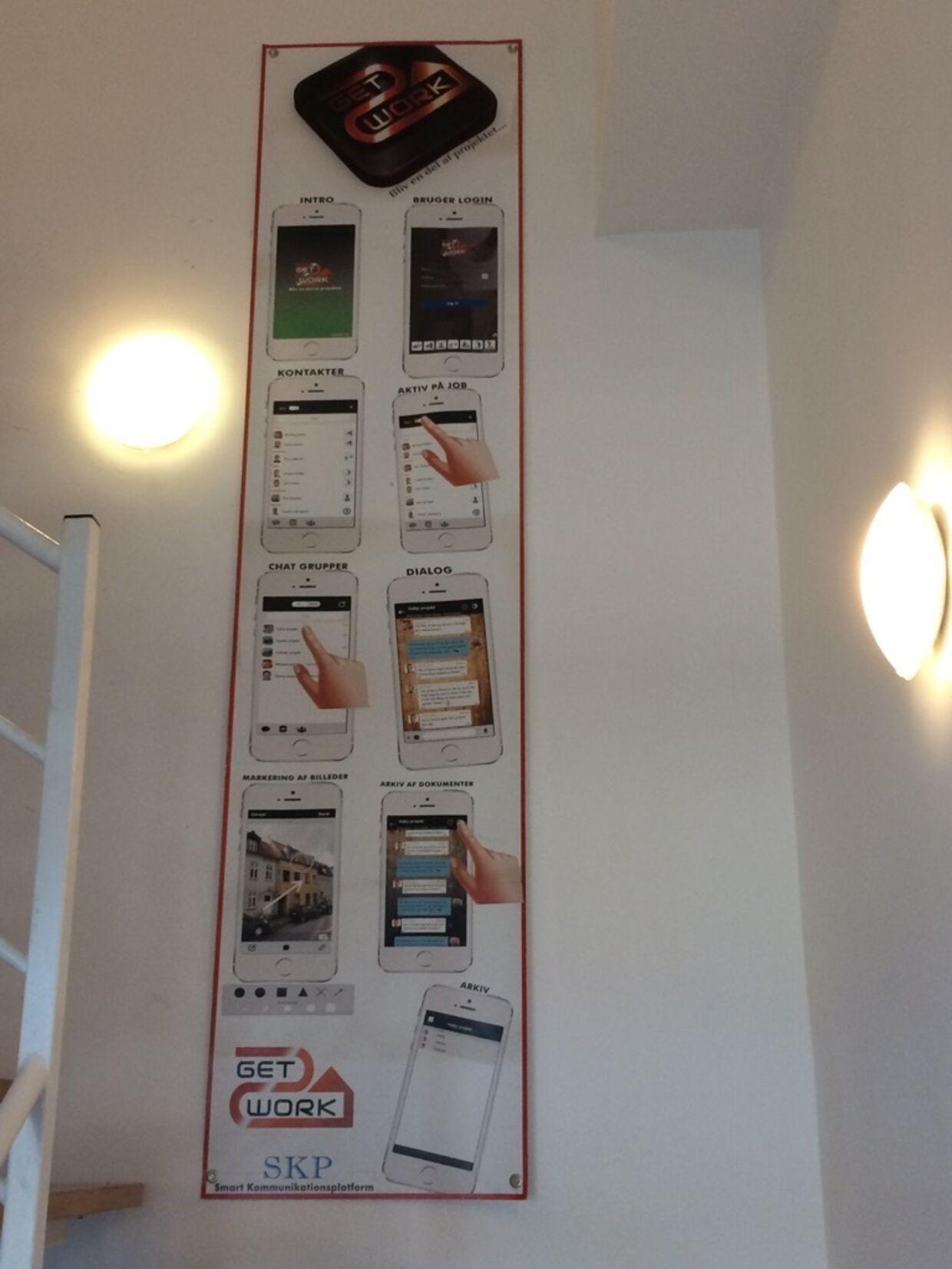 Kian Omid Mirzada står ifølge dette banner, som hænger på en trappe på vej op til hans lukkede kontor, bag en app, som ikke eksisterer.