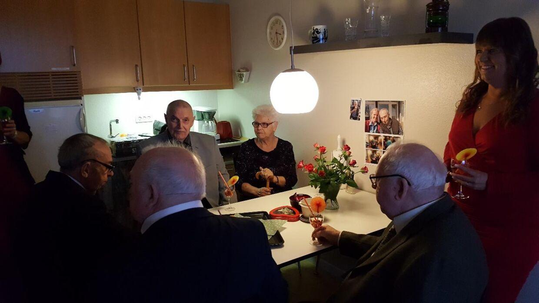 Man bliver aldrig for gammel til at sidde sammen med vennerne og varme op til festen. (Foto: Dragsbækcentret)