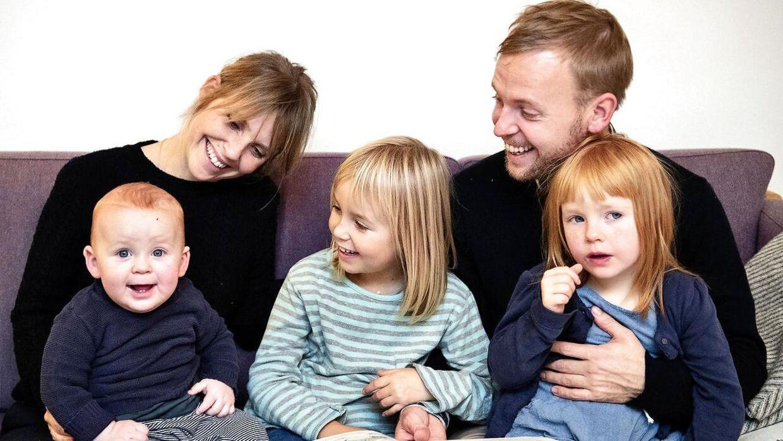 Christina og Jeppe og deres tre børn, pigerne Anna og Ingrid og den yngste, Asger. Asger er kommet til verden med hjælp fra en privat jordemoder, mens de andre er født i det offentlige system.