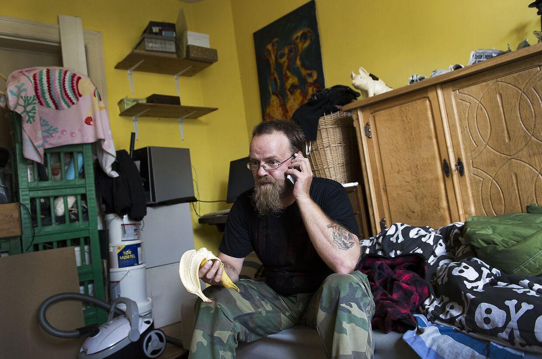 """Der roder lidt hjemme hos Robert Nielsen alias """"Dovne-Robert"""", der offentligt har fortalt, at han er på kontanthjælp, fordi han ikke gider have »skodjobs«."""