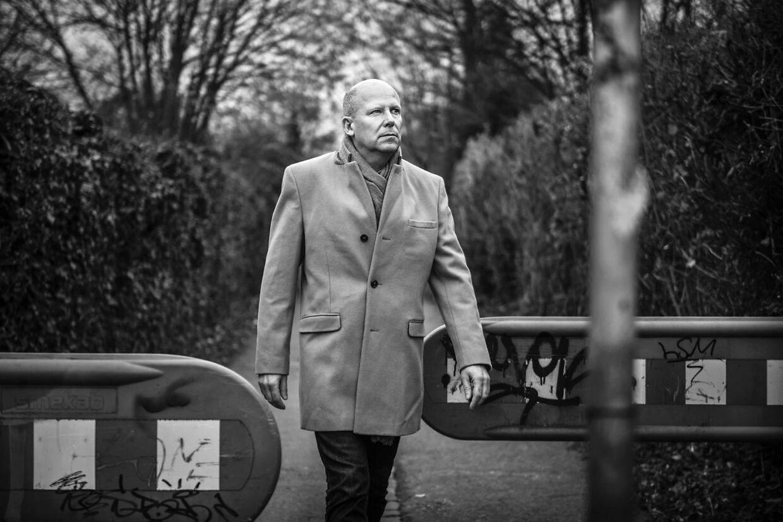 Rudy Byrgesen går her på stien i villaområdet i Valby, hvor bl.a. hans søn er blevet overfaldet.