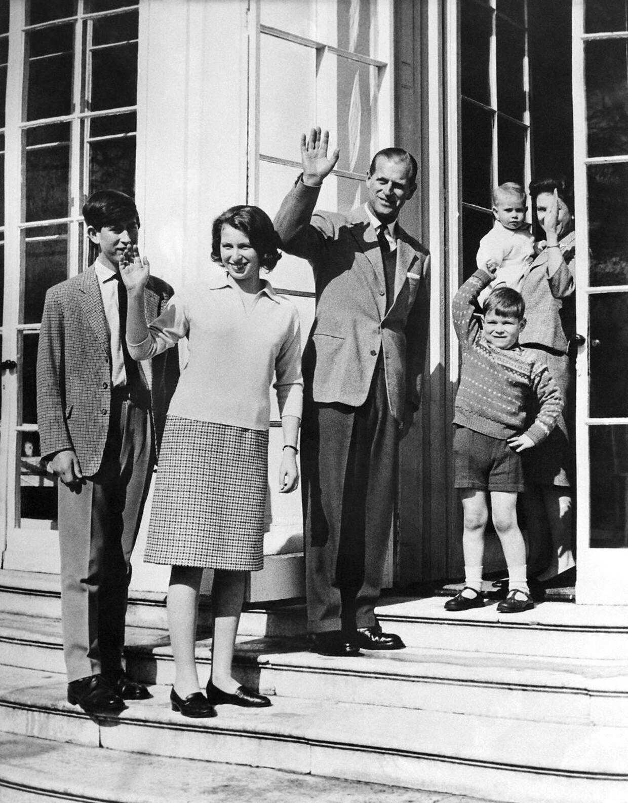Arkivfoto fra 1965. Fra venstre mod højre: prins Charles, prinsesse Anne, dronning Elizabeths mand, prins Phillip, prins Andrew og dronning Elizabeth, som holder prins Edward i sine arme.