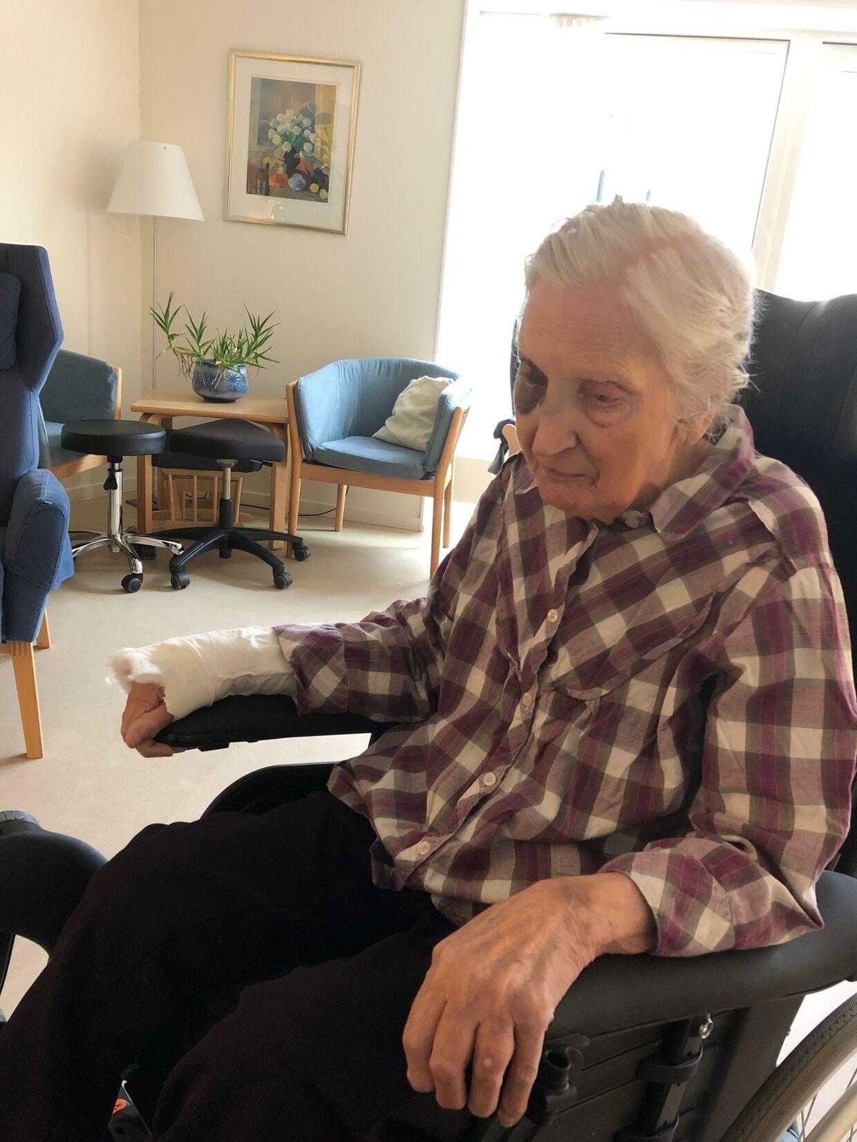 i november 2018 faldt den 90-årige Ruth Jessen ud af sin seng på Hvidovre Hospital.