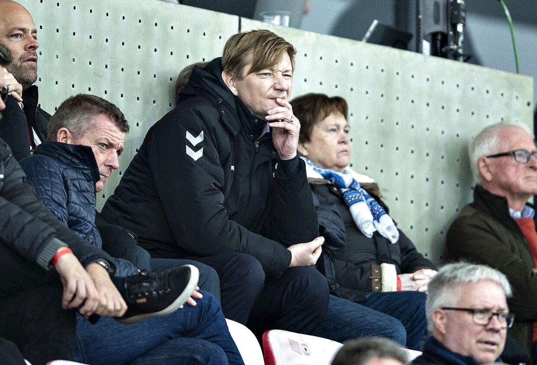 AaB's sportsdirektør på tilskuerpladserne under en kamp i Superligaen.