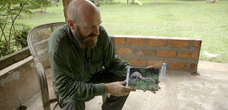 Christoffer Knuth viser billede af det, man formoder er Mokele Mbembe.