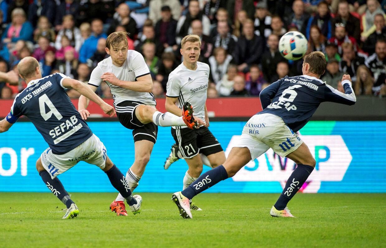 40-årige Jens Gustafsson er træner for IFK Norrköping, hvor han netop har forlænget. Norrköping (i blåt) spiller her mod Rosenborg.