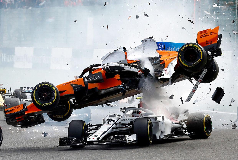 Fernando Alonso og Charles Leclerc leverede et dramatisk crash på Spa i Belgien.