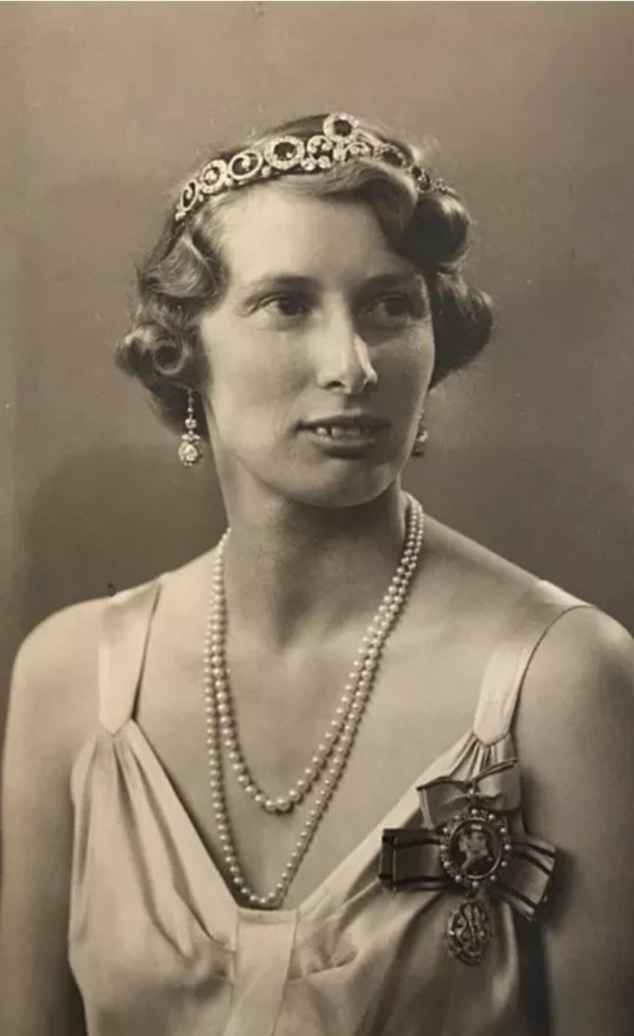 ARKIVFOTO af Arveprinsesse Caroline-Mathilde, der her anvender kombinationssmykket som bandeau i 1944.
