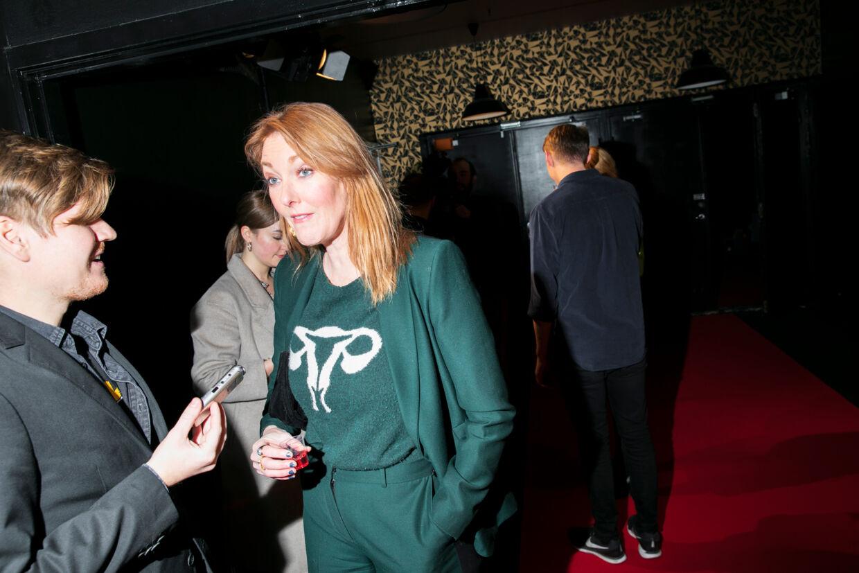 Ditte Hansen nyder et rødt shot, mens hun fortæller om sin kommende tv-serie