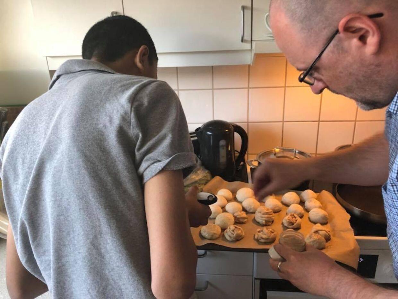 Thomas og Alex i køkkenet.