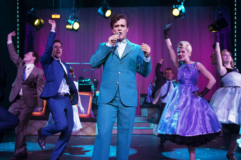 Silas Holst i rollen som Corny Collins i Hairspray. Her flankeret af Julie Zangenberg og daværende mand Johannes Nymark.