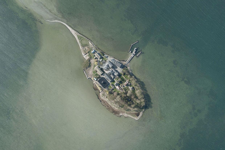 Øen Lindholm i Stege Bugt, fotograferet fra luften den 6. april 2017.