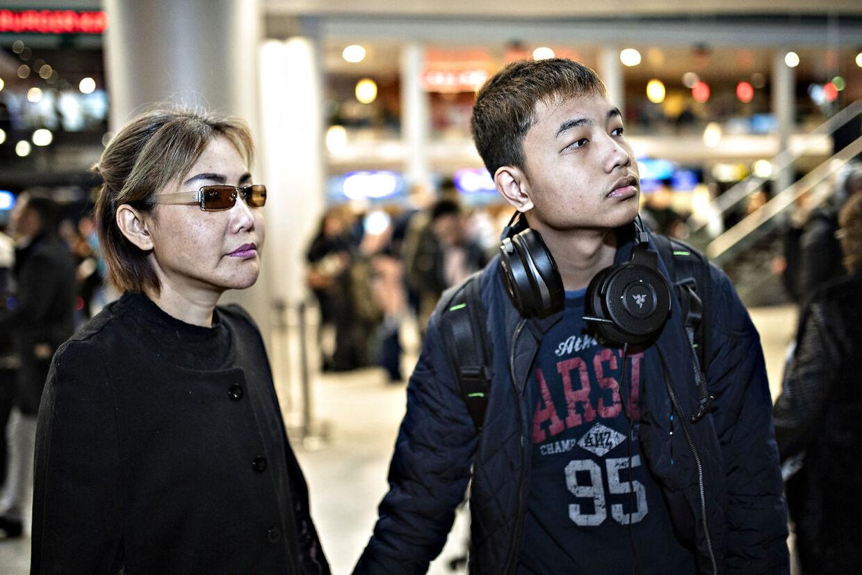 Alex er ked af det, da han ankommer i lufthavnen. Han har ikke lyst til at bo alene i Thailand.